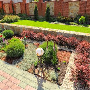 Создайте стильный интерьер: геометрический, солнечный, летний сад в классическом стиле с освещенностью, подпорной стенкой и дорожками из клинкерной брусчатки - последний тренд