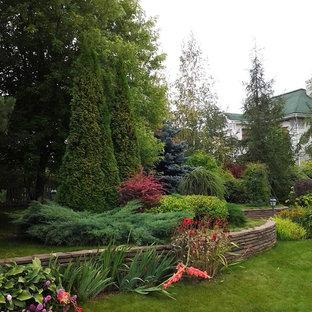 Пример оригинального дизайна интерьера: летний участок и сад в классическом стиле с подпорной стенкой и полуденной тенью