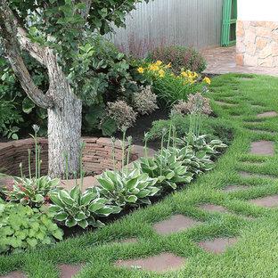 Свежая идея для дизайна: тенистый, летний участок и сад в современном стиле - отличное фото интерьера