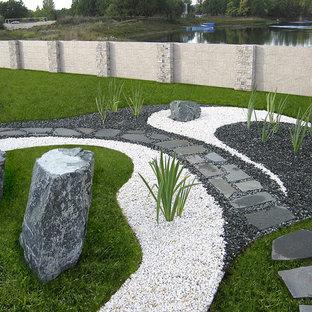 Стильный дизайн: тенистый, летний участок и сад в восточном стиле с покрытием из гравия и дорожками - последний тренд