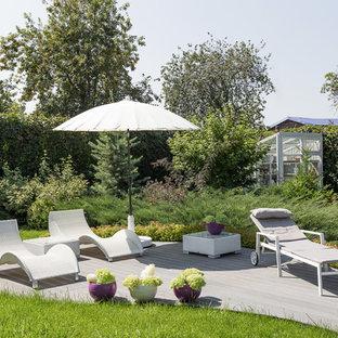 Неиссякаемый источник вдохновения для домашнего уюта: летний, солнечный участок и сад среднего размера на внутреннем дворе в современном стиле с хорошей освещенностью и настилом