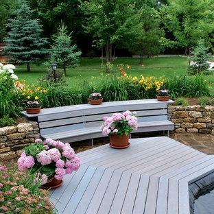 Выдающиеся фото от архитекторов и дизайнеров интерьера: солнечный, летний садовый фонтан среднего размера в классическом стиле с освещенностью и покрытием из каменной брусчатки