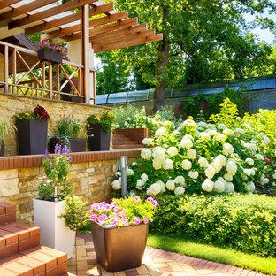Неиссякаемый источник вдохновения для домашнего уюта: солнечный, летний участок и сад в классическом стиле с освещенностью