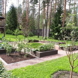 Aménagement d'un jardin scandinave l'été avec une exposition ensoleillée et des pavés en pierre naturelle.