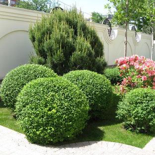 Выдающиеся фото от архитекторов и дизайнеров интерьера: геометрическая, солнечная, летняя садовые дорожки и калитки в классическом стиле с освещенностью