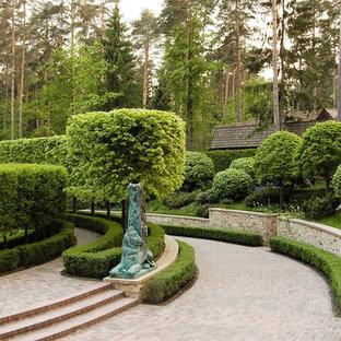 Выдающиеся фото от архитекторов и дизайнеров интерьера: геометрический, летний участок и сад в классическом стиле с подпорной стенкой и полуденной тенью