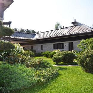 На фото: со средним бюджетом летние, солнечные Садовые дорожки и калитки среднего размера в современном стиле с освещенностью