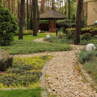 Стильный дизайн: тенистый, летний участок и сад в стиле кантри с покрытием из гравия - последний тренд