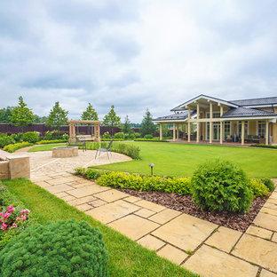 Неиссякаемый источник вдохновения для домашнего уюта: большой геометрический, летний сад на внутреннем дворе в классическом стиле с максимальной освещенностью