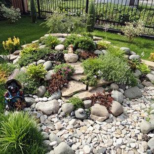 Пример оригинального дизайна: геометрический, солнечный участок и сад в классическом стиле с хорошей освещенностью, покрытием из гравия и камнем в ландшафтном дизайне
