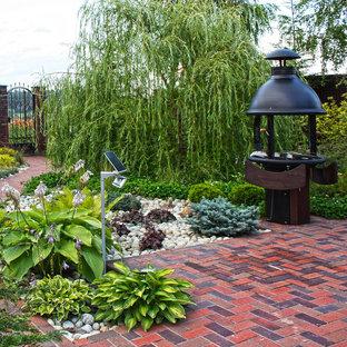 На фото: с высоким бюджетом солнечные, весенние участки и сады среднего размера на внутреннем дворе в современном стиле с освещенностью и мощением клинкерной брусчаткой