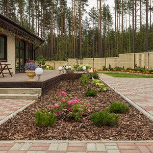 На фото: летний участок и сад в современном стиле с полуденной тенью