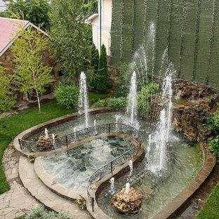 На фото: летний садовый фонтан в классическом стиле с полуденной тенью с