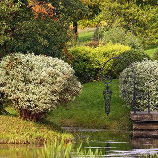 Imagen de jardín tradicional, en verano, con estanque
