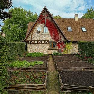На фото: летние огороды на участке в стиле кантри с полуденной тенью