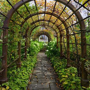 Пример оригинального дизайна интерьера: осенняя садовые дорожки и калитки в классическом стиле с полуденной тенью