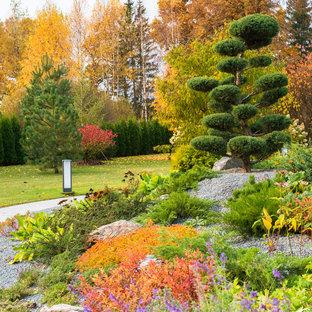 На фото: осенний участок и сад в современном стиле с