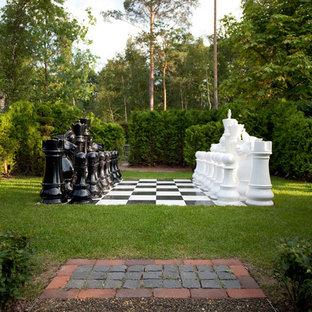 Свежая идея для дизайна: тенистый, летний участок и сад в классическом стиле - отличное фото интерьера