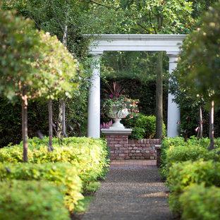 Imagen de jardín clásico, en verano, con estanque