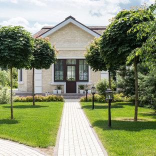 На фото: маленькие солнечные, летние Садовые дорожки и калитки в классическом стиле с освещенностью