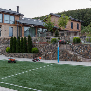 Идея дизайна: летняя спортивная площадка на боковом дворе в современном стиле с полуденной тенью