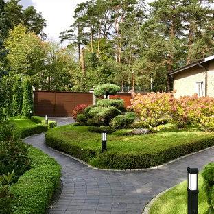 Источник вдохновения для домашнего уюта: геометрический, солнечный участок и сад в классическом стиле с хорошей освещенностью, мощением клинкерной брусчаткой и садовой дорожкой или калиткой