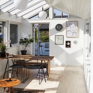Inspiration för ett litet skandinaviskt uterum, med ljust trägolv och glastak