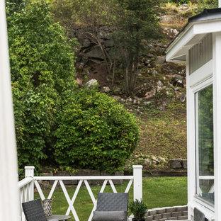 Bild på en mellanstor minimalistisk uteplats på baksidan av huset