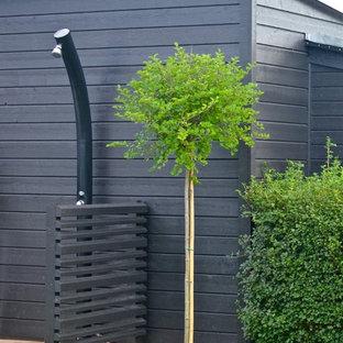 Diseño de patio de tamaño medio, en patio trasero, con jardín de macetas, granito descompuesto y toldo