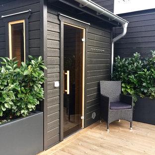 Ispirazione per un patio o portico nordico di medie dimensioni e dietro casa con un giardino in vaso, graniglia di granito e un parasole