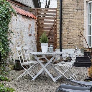 Idee per un piccolo patio o portico nordico dietro casa con ghiaia