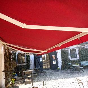 Immagine di un patio o portico scandinavo con un parasole