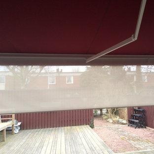Foto di un patio o portico scandinavo con un parasole