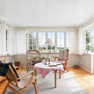 Idéer för ett mellanstort minimalistiskt uterum, med mellanmörkt trägolv, tak och beiget golv
