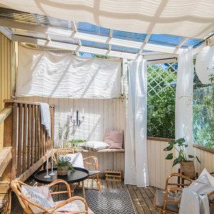 Modelo de galería mediterránea, de tamaño medio, sin chimenea, con suelo de madera clara, techo de vidrio y suelo beige