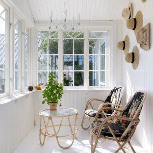 Lantlig inredning av ett mellanstort uterum, med målat trägolv och tak