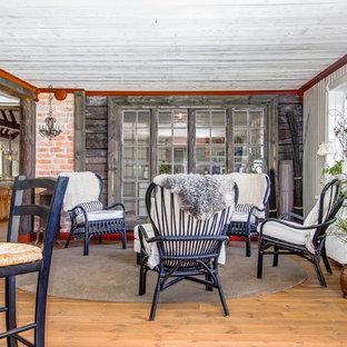 Idéer för ett mellanstort rustikt uterum, med mellanmörkt trägolv och tak