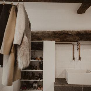 Exemple d'une buanderie éclectique de taille moyenne avec un évier de ferme, un plan de travail en quartz modifié, une crédence blanche, une crédence en carreau de céramique, un mur blanc, un sol en calcaire, un sol gris, un plan de travail gris et un plafond en poutres apparentes.