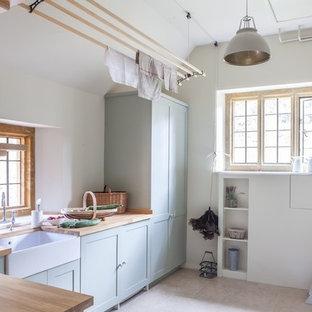 オックスフォードシャーのカントリー風おしゃれなランドリールーム (ベージュのキッチンカウンター) の写真
