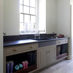 Inspiration för stora klassiska tvättstugor, med luckor med profilerade fronter och grå skåp