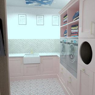 Inredning av ett shabby chic-inspirerat litet vit l-format vitt grovkök, med en rustik diskho, luckor med profilerade fronter, skåp i ljust trä, bänkskiva i kvartsit, rosa stänkskydd, stänkskydd i keramik, vita väggar, klinkergolv i keramik, en tvättpelare och rosa golv