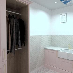 Foto på ett litet shabby chic-inspirerat vit l-format grovkök, med en rustik diskho, luckor med profilerade fronter, skåp i ljust trä, bänkskiva i kvartsit, rosa stänkskydd, stänkskydd i keramik, vita väggar, klinkergolv i keramik, en tvättpelare och rosa golv