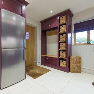 Idéer för att renovera en mellanstor vintage tvättstuga enbart för tvätt, med vita väggar, vitt golv, skåp i shakerstil och träbänkskiva