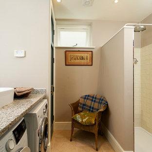 Ispirazione per una grande lavanderia multiuso eclettica con lavello stile country, ante in stile shaker, ante beige, top in granito, pareti beige, pavimento in travertino, lavatrice e asciugatrice affiancate, pavimento beige e top grigio