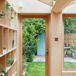 Inspiration för moderna gult grovkök, med öppna hyllor, skåp i ljust trä, bänkskiva i koppar, mellanmörkt trägolv, tvättmaskin och torktumlare byggt in i ett skåp och brunt golv