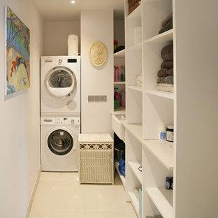 Foto på ett litet funkis beige linjärt grovkök, med en rustik diskho, öppna hyllor, vita skåp, bänkskiva i koppar, beige stänkskydd, glaspanel som stänkskydd, vita väggar, klinkergolv i keramik, en tvättpelare och beiget golv