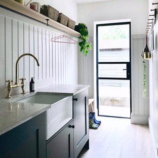 Inspiration för små klassiska linjära grått grovkök med garderob, med en rustik diskho, skåp i shakerstil, blå skåp, grå väggar, laminatgolv och beiget golv