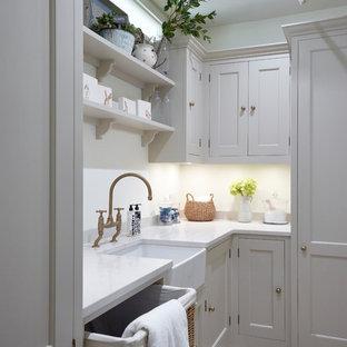 Inspiration för en mellanstor vintage vita l-formad vitt tvättstuga, med en rustik diskho, skåp i shakerstil, bänkskiva i kvartsit, vitt stänkskydd, stänkskydd i tunnelbanekakel, ljust trägolv, beige skåp och beiget golv