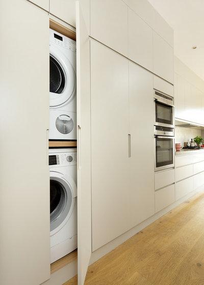 Modern Hauswirtschaftsraum by Cue & Co of London