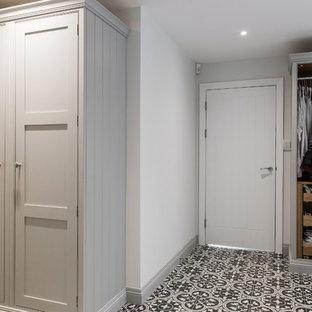 Foto di un'ampia lavanderia multiuso design con ante in stile shaker, ante grigie, pavimento con piastrelle in ceramica, lavatrice e asciugatrice affiancate, lavello a vasca singola, top in laminato, pareti grigie, pavimento giallo e top grigio
